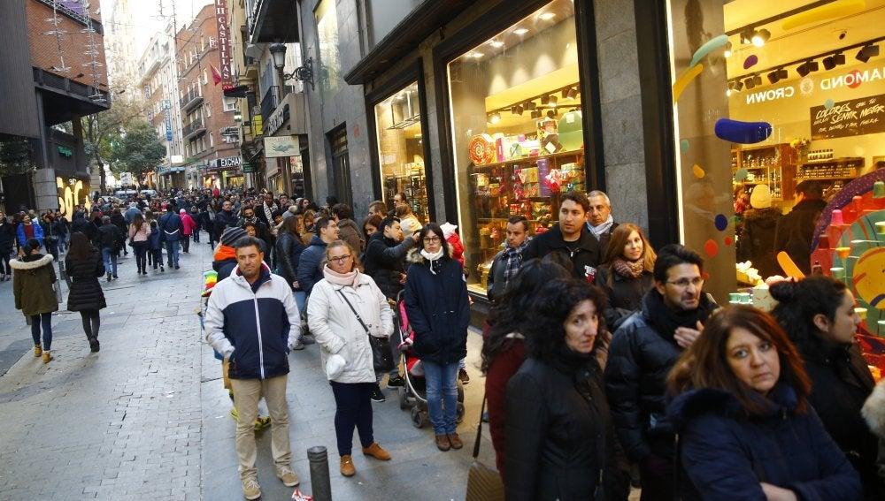 Colas para comparar un boleto de Lotería de Navidad en Doña Manolita