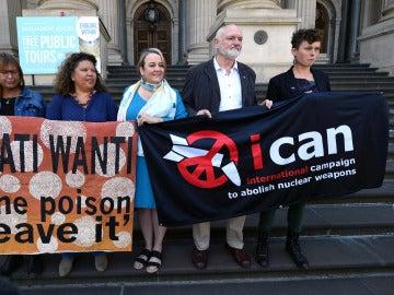 Rose y Karina Lester, Dimity Hawkins, Richard Tanter y Gem Romuld, de la ICAN, en una rueda de prensa en Melbourne, Australia