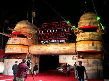 Luces láser para recibir a los espectadores del estreno mundial de 'Star Wars: Los últimos Jedi'
