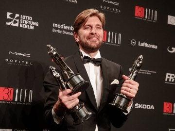 El cineasta sueco Ruben Östlund posando con los premios