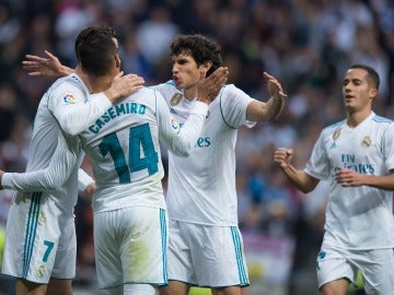 Vallejo celebra un gol con sus compañeros del Madrid