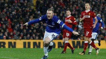Rooney marca un gol ante el Liverpool