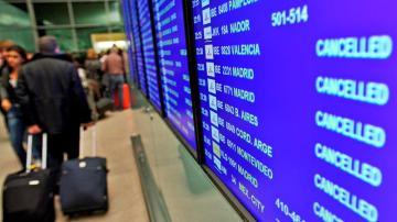 Panel de información de un aeropuerto con los vuelos cancelados