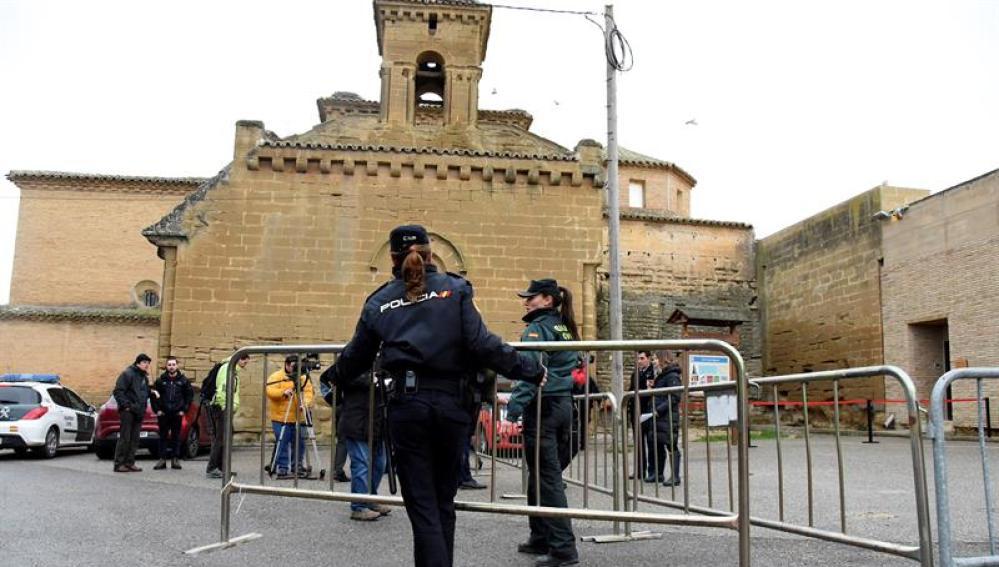 Efectivos de la Policia Municipal y de la Guardia Civil proceden a la colocación de vallas frente al Monasterio de Sijena
