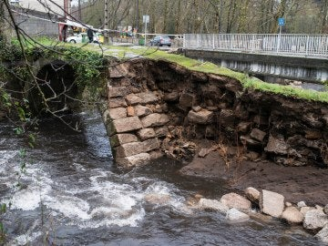 Un antiguo puente destruido parcialmente por la crecida del río Maquiáns