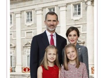 Fotografía de Sus Majestades los Reyes, Su Alteza Real la Princesa de Asturias y Su Alteza Real la Infanta Doña Sofía.