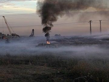 Fotografía de una conflagración tras los enfrentamientos cerca de la frontera con Israel en el este de Gaza
