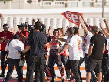Marc Márquez celebra con su bandera su título de MotoGP