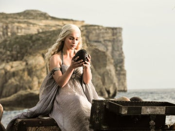 Daenerys Targaryen con los huevos de dragón en 'Juego de Tronos'