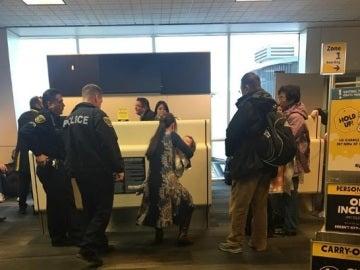 Mujer a la que una aerolínea expulsó por dar el pecho a su bebé