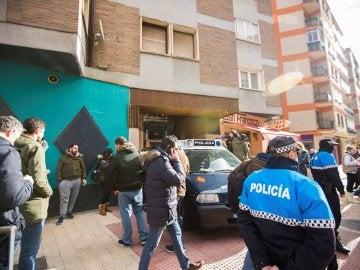 Efectivos policiales junto a la vivienda de los tres jugadores de la Arandina Club de Fútbol
