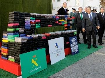 Juan Ignacio Zoido y las autoridades competentes observando el alijo incautado