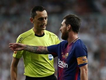 Messi dialoga con Sánchez Martínez durante un partido