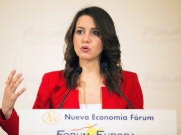 Inés Arrimadas durante un desayuno informativo