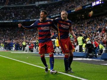 Iniesta celebra un gol junto a Neymar
