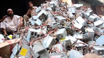 Vendedores de equipos electrónicos de segunda mano en una tienda en Seelampur, en Nueva Delhi, en la India.