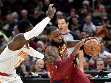 LeBron James intenta entrar a canasta ante la defensa de Schroder