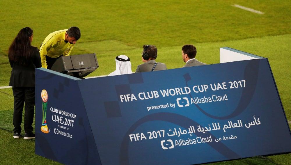 El colegiado Sandro Ricci consulta el VAR durante la semifinal del Mundial de Clubes