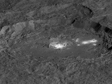 El cráter Occator Crater que muestra la zona de Cerealia Facula en el centro y Vinalia Faculae
