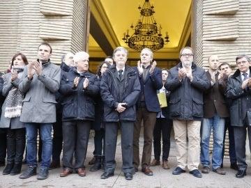 Aplauso tras el minuto de silencio en el Ayuntamiento de Zaragoza por el asesinato de Víctor Láinez