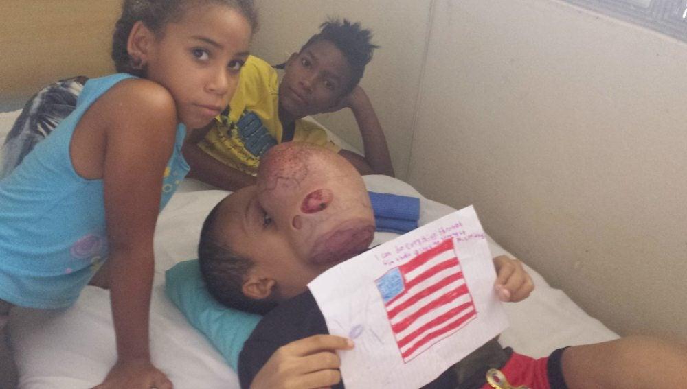 El pequeño Emanuel Zayras pidiendo ayuda desde el hospital