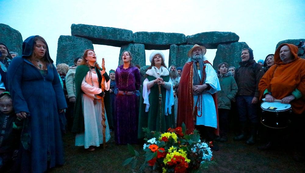 Una multitud participa en las celebraciones del solsticio de invierno en el monumento de Stonehenge