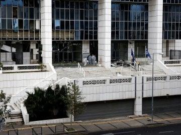 Policías recaban pruebas después de que un artefacto explosivo estallase esta madrugada ante el Tribunal de Apelaciones de Atenas