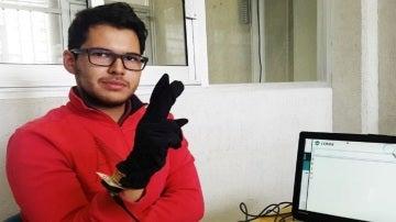 Brayan Howard Tarre Álvarez, creador del guante