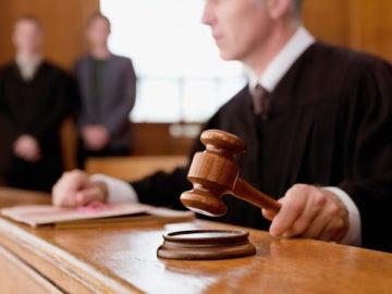 Un juez en un tribunal