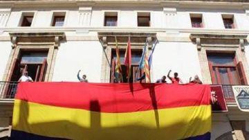 Bandera republicana en el Ayuntamiento de Sagunto