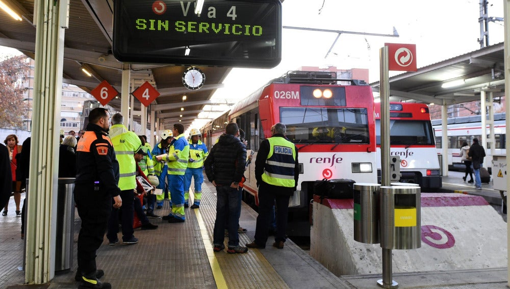 Los servicios de emergencias trabajan en el lugar del accidente en la estación de Alcalá de Henares