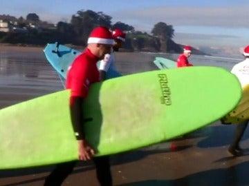 Medio centenar de Papás Noel surcando las olas de A Coruña