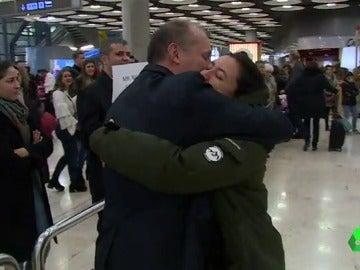 Otra de las imágenes de la Navidad: reencuentros, abrazos y besos entre familiares en estaciones y aeropuertos