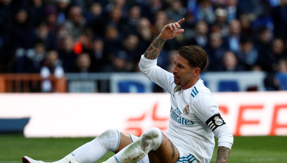 Sergio Ramos se lamenta tras una acción en El Clásico