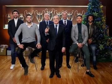 Florentino Pérez junto a Zidane, Pablo Laso, Ramos, Marcelo, Llull y Felipe Reyes