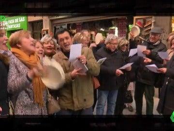 """Villancicos, flyers... Cristina Pardo e Iñaki López tratan de convencer a la gente en la Puerta del Sol de que vea las Campanadas en laSexta: """"Es duro pedir, pero más duro es rogar"""""""