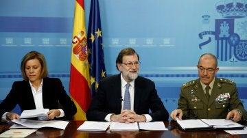 El presidente del Gobierno, Mariano Rajoy, acompañado por la ministra de Defensa, María Dolores de Cospedal, y el jefe del Estado Mayor de la Defensa (jemad), el general Fernando Alejandre