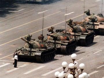 Un hombre aguanta delante de los tanques en Tiananmen