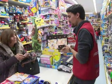Una mujer hace sus compras de Navidad en una juguetería