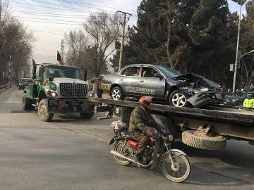 Retiran un vehículo dañado en el atentado contra la agencia de inteligencia afgana en Kabul