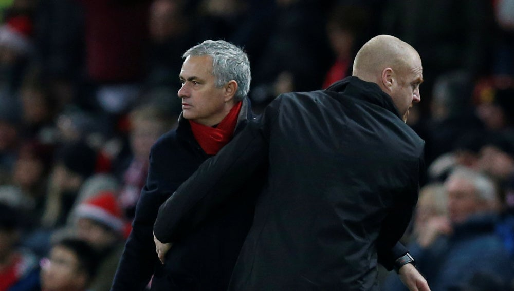Mourinho saluda a Sean Dyche tras el United - Burnley