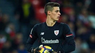 Kepa atrapa el balón en un partido con el Bilbao