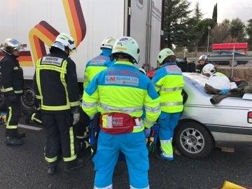 Herido grave un hombre de 55 años tras chocar con un camión en la A-6 en Las Rozas