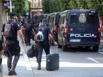 Los policías alojados en el Hotel Gaudí de Reus (Tarragona) abandonando el establecimiento