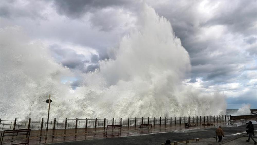 Una ola rompe en el Paseo Nuevo de San Sebastián