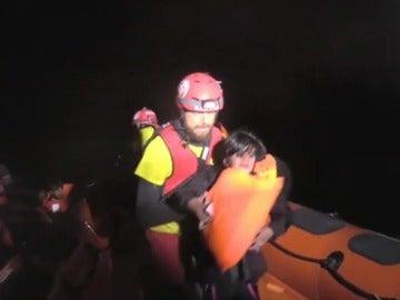 Miembros de PorActiva Open Arms rescatando a migrantes en aguas del Mediterráneo