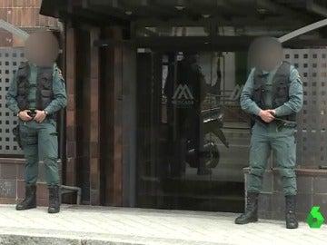 Dos agentes en la puertas de Mercasa