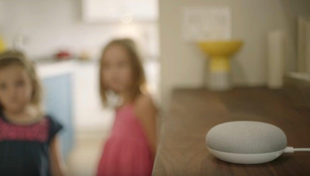 Dos niñas hablan con Google Home
