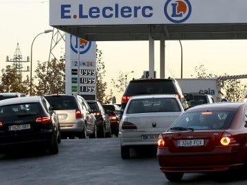 Colas de vehiculos esperan para repostar en una gasolinera de Madrid
