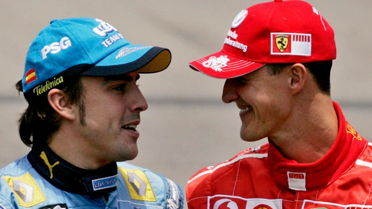 Fernando Alonso y Michael Schumacher dialogan